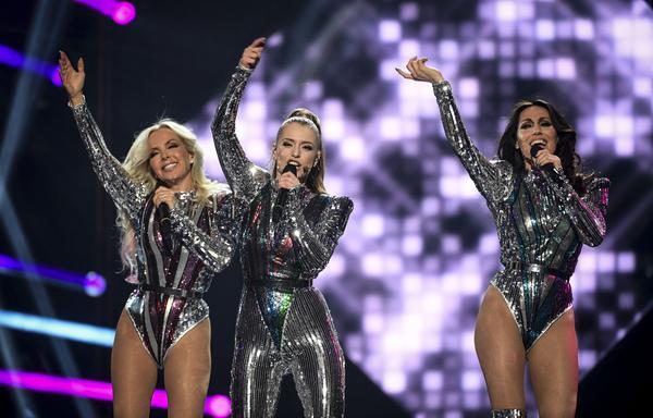 Programledaren Clara Henry (mitten) uppträder tillsammans med Alcazar under Melodifestivalens tredje deltävling på lördagskvällen.