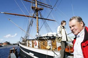Kanske ett sista besök. Ingvar Henricson och Sven-Olov Nilsson går ombord på Gerda.Foto: Gun Wigh
