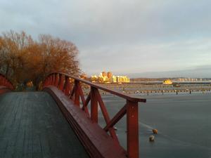 I väntan på tåget till Köping gick jag en promenad vid småbåtshamnen i Västerås. Eftermiddagssolen sprack igenom molnen och jag fångade det ögonblicket.(Till red: Ursäkta jag glömde adress och telefon första gången, därför skickar jag om)