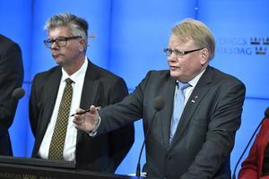 Hans Wallmark (M) och Försvarsminister Peter Hultqvist vid presskonferensen. Försvarsgruppen bestående av regeringen, Moderaterna, Centern och Kristdemokraterna presenterar den nya överenskommelsen för anslagen till försvaret under kommande år.