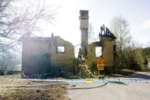 Villan blev helt utbränd och taket rasade in.