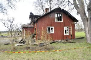 Av boningshuset på en av fastigheterna återstår bara ett sorgligt, rött skelett.