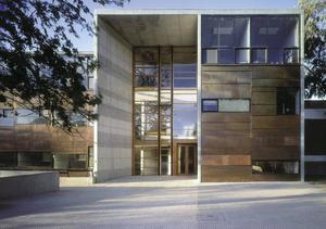 En av de byggnader som den chilenske arkitekten Alajandro Aravena ritat, i Chiles huvudstad Santiago.