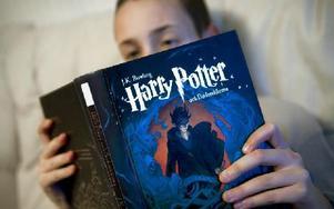 Pojke som läser. Många är beroende av lättlästa böcker. Foto: Claudio Bresciani / TT