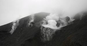 Tongariro i Nya Zeeland har inte fått ett utbrott på hundra år. Ingen kom till skada när vulkanen nu spydde ut aska och rök.