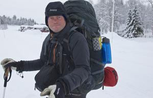 Magnus Ohlin från Hässleholm vandrar i början av veckan från Tännäs mot Sörvattnet och vidare till Grövelsjön, dit han hoppas komma till helgen efter 99 dagar och 150 mils vandring. Han startade den 20 augusti i Treriksröset. De sista etapperna går han längs vägarna istället för i fjällen på grund av snöläget. Han är den siste som går Gröna bandet i år och den som kommit i mål senast på året sedan rutten startade. Det är dessutom hans första fjällvandring.