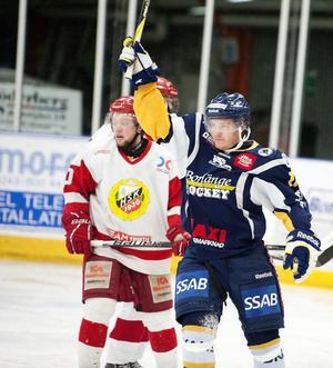 Niklas Sjölund har svarat för en bra comeback. Här signalerar han för sitt och BHF:s 3–2 mål. Därmed har han gjort 12 (4+8) poäng på sju matcher i Allettan.