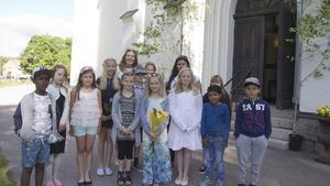 Låg- och mellanstadiet hade avslutning i Skinnskattebergs skola. Här är klass 2A redo för att möta ledigheten.