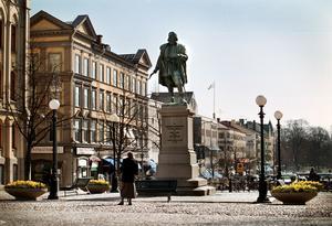 När Engelbrekt Engelbrektsson valts till rikshövitsman flyttade han till Örebro slott. Också i Örebro finns en staty rest för honom på Stortorget.