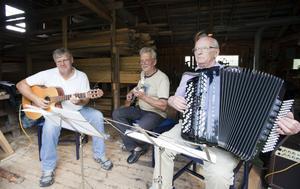 Bjöd upp. Jan Blank, Roland Lindgren och Erik Blank stod för delar av musikunderhållningen när Mobydalen bjöd upp till fest.