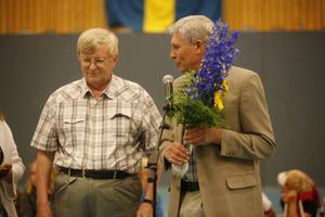 Kommunalrådet Stig Eng (C) gav bland annat blommor och en keramikskål till Sven Norman.