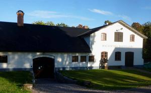 Stångjärnssmedjan i Mackmyra har årtalet 1839 och Ulla Elfbrinks initialer.   Foto: Ingvar Henricson