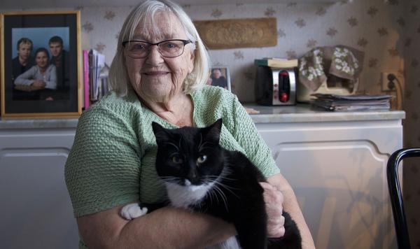 Jenny Moen ser till att så många som möjligt får vara med. När det är bingo och annat trevligt är hon chaufför och hämtar upp äldre som inte kan köra själva. Här tillsammans med katten Lakrits.