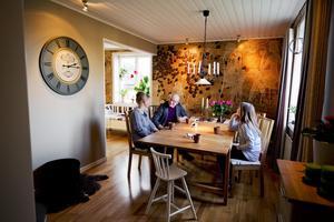 I köket finns husets enda fototapet med kaffebönor på. Den går i samma jordfärgsskala som resten av husets ytor. Här finns numera också en värmande kamin.