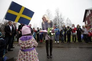 Skolbarn från Hassela mötte Prinssessan med svenska flaggor och teckningar.