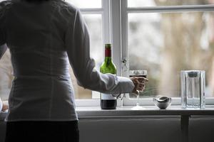 Emmelie Berggren vill att vi ska ifrågasätta alkoholnormen. Bilden är arrangerad