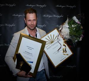 Fredrik Hedvall Jansson med beviset för att Dala Lås AB prisats som årets företagare i Borlänge.