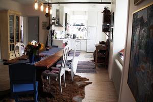 När de flyttade in slog de ut en vägg mellan vardagsrummet och köket och fick ett stort och luftigt rum. Det var en nödvändighet, konstaterar Maria.