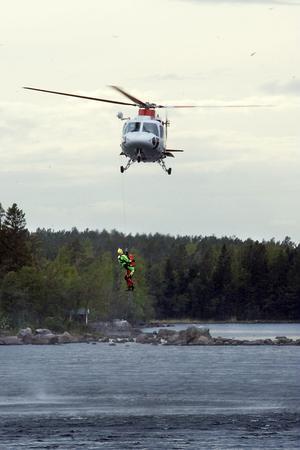 Räddningschefen räddas. Det var Hudiksvalls räddningschef Lennart Juhlin som agerade den strandade kanotisten som till slut räddades av helikopterns ytbärgare.