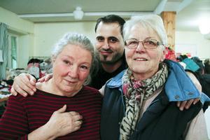 Elisabeth Eskilsson och Maud Frestadius tillsammans med Maher Adullah.