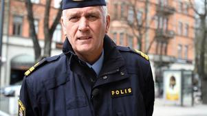 Mikael Hedström har arbetat som polis i 30 år men säger att han aldrig varit med om något som liknar de senaste dagarnas händelser med maskerade ungdomar som skjuter raketer mot folk.