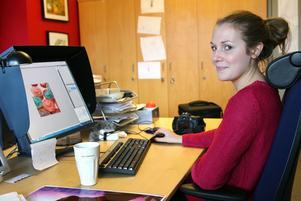Sofia Hedling, APU-elev på fotoavdelningen redigerar bilder för Arbetarbladet och Gefle Dagblad.