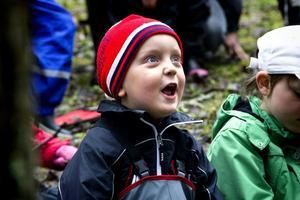 Victor Jansson, 3 år, lyssnade uppmärksamt på vad Skogsmulle hade att säga.