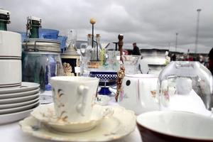 Porslin och kaffeserviser var vanliga föremål på borden.