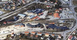 Fastighet Bro 4:4 är området väster om Lidl på bilden. Enligt bandyklubbens plan ska drygt hälften av byggnaderna rivas för att ge plats åt en bandyhall.
