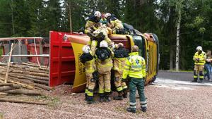 En person fick lyftas ur den välta timmerbilen på länsväg 773 i Brännås, Bjuråker.