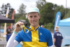 Alexander Wetterhall visar upp sina dubbla medaljer från cykel-SM.