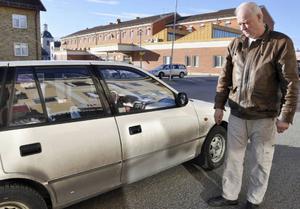Göran Edman, som dagligen trafikerar Havsnäsvägen, har fått tvätta bilen frekvent. Han deltog i mötet.