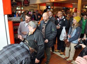 Det blev uppståndelse när Åre bondgård sålde färsk obehandlad mjölk direkt till konsumenterna. Här ses kön med förväntansfulla människor vid automaten som då fanns utanför Ica i Åre.