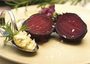 Saltbakade rödbetor är en trevlig inledning på den vegetariska middagen. Stor primörkänsla, och supergoda med hemrört rosmarinsmör.