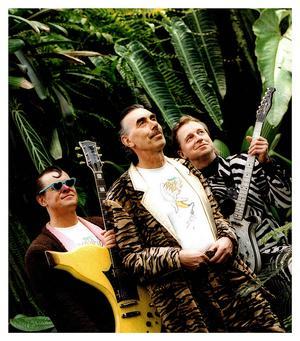 Banarne, Trazan och Zebran, alias Klasse Möllberg, Lasse Åberg och Janne Schaffer är på ingång till Yran. Men redan i dag spelar de på Sweden Rock med Megadeath och Black Sabbath...