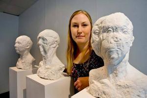 """STÄLLDE UT I GÄVLE. Therese Parner ställde ut sina skulpturer på Kulturkiosken i augusti. Nu är hon en av två Gävlekonstnärer som får """"Karin och Erik Engmans kulturstipendium"""" på 110 000 kronor."""