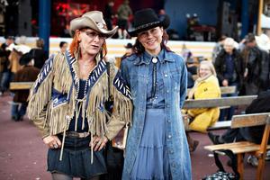 Finska brudar. Eliza Weckman och Minna Rahico har åkt ända från norra Finland för att komma hit. Eliza har varit här elva år i rad, men Minna är nyfrälst. – Jag var här första gången förra året och blev kär i hela känslan på festivalen. Nu vill jag åka hit varje år! säger hon.