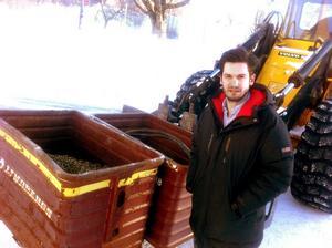 700 kilo mässingsspån och kabelskrot. Här hämtar Felix Lindberg godset från en skrothandlare i Gävle, gods som misstänks ha stulits från hans skrotupplag i Forsbacka i helgen.