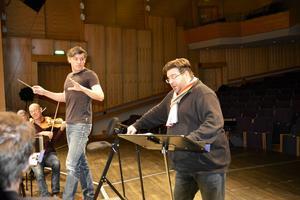 Michael Weinius och dirigenten Johannes Gustavsson repeterar tillsammans med Nordiska kammarorkestern i Tonhallen i Sundsvall.