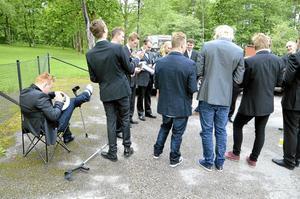 Ohindrad. Tobias Eklind på fordons- och transportprogrammet lät inte några kryckor stoppa studentfirandet. Här skriver han namn i sina klasskamraters mössor.