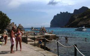 Nyheten Cala San Vicente på Mallorca har två små badbukter med omgivande höga berg (t v).Foto: Andreas Strömberg