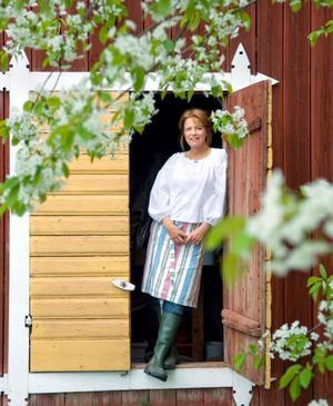 Eva Eriksson växte upp i Storvik som Eva Andersson. Nu har hon skrivit en kokbok med mycket sommarkänsla i.