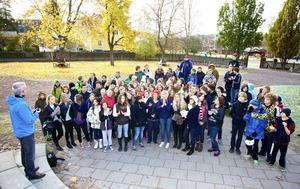 Jubel och applåder på skolgården när eleverna får beskedet om den storslagna segern som länets bästa skola, klass och elev, i DN:s tävling i nutidsorientering 2012.