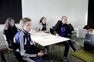 Julia Eklund, 17 år, Anton Berg, 13 år, Lydia Landin, 15 år och Filippa Ehn, 15 år, ser fram emot att döma fotboll under säsongen.