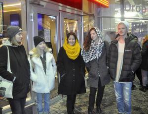 Klara Bergmark, Moa Larsson. Melika Zare, Cecilia Crawford och Oskar Carlberg protesterar mot den mörka krafterna.