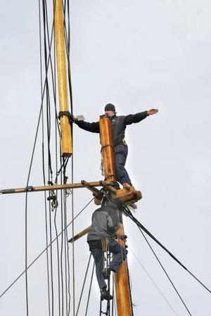 Magnus Lagerkvist och Karl-Oskar Momark får översta delen av masten på plats.