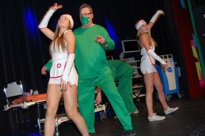Asbjörn Österberg, verksamhetschef på kirurgen, bjöd på spex och visade hur det kunde gå till i en op-sal på Mora lasarett. Spexet väckte jubel hos publiken.
