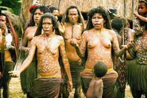 Vid det första besöket i Västpapua reste Myriam Lundberg med en grupp turister till Danifolket. Kvinnorna i byn klär sig i traditionella kjolar gjorda av naturmaterial.