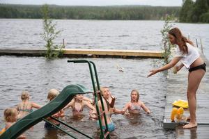 Efter uppvisningen för familj och vänner var det dags för godisregn i vattnet, vilket var ett populärt inslag.