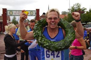 Segern är vår. Måns Lindholm som sprang sista sträckan åt Dalregementets mixlag. Foto:Jan Norberg